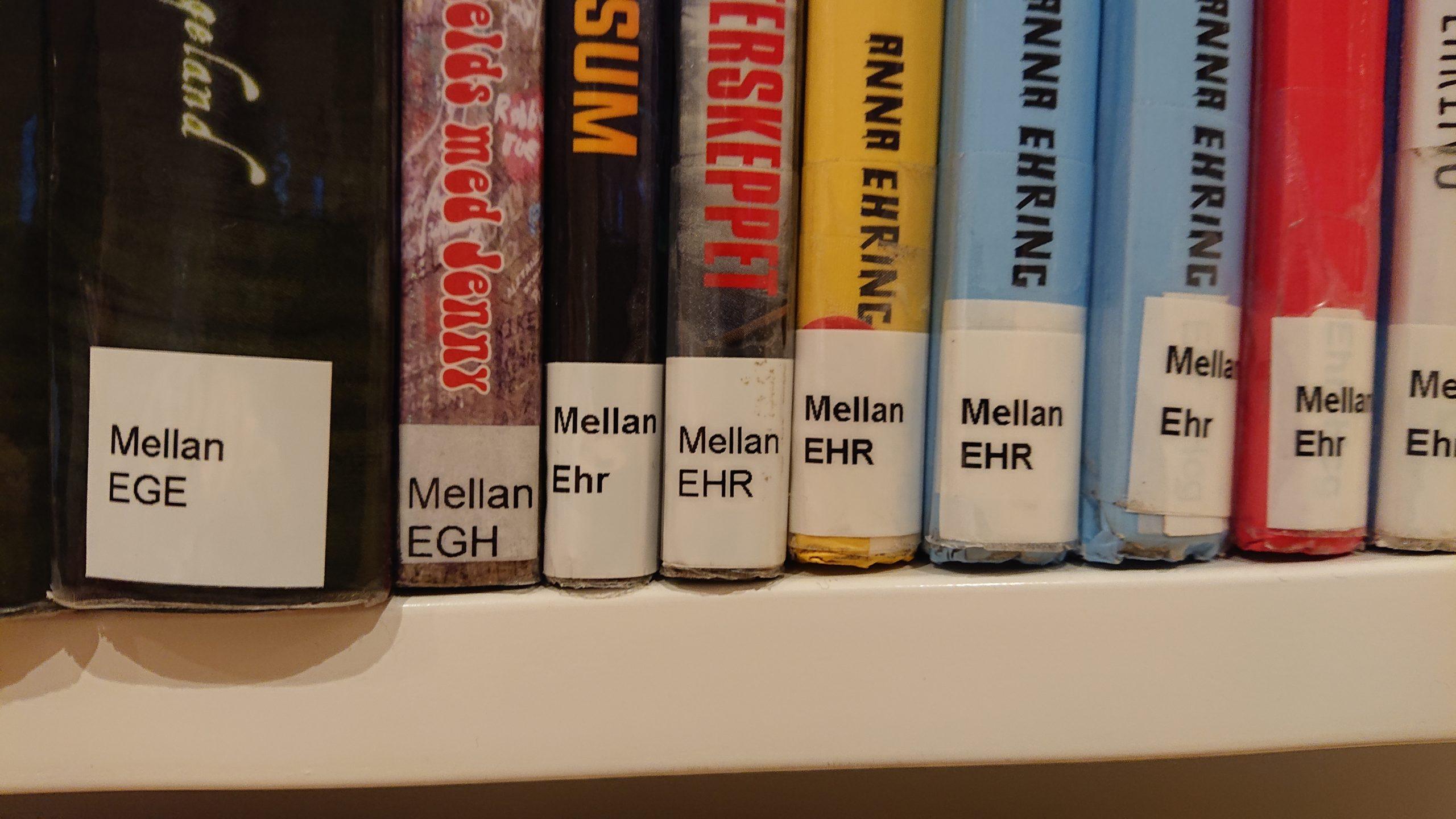 En kvarts hyllmeter böcker från avdelningen för ungdomar. Bibliotikarierna har märkt med hyllsignum enligt Dewey-systemet