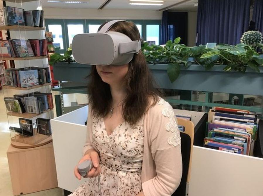 Kvinna med täckande plastvisir (VR-glasögon), för ansiktet.