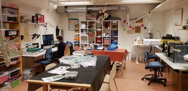 Ett rum med 3d-skrivare, datorskärm och diverse makerspace-material.