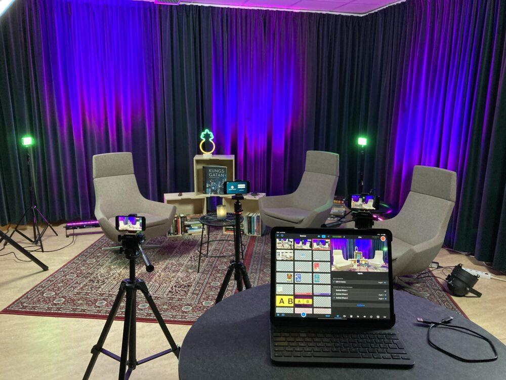 Studiomiljö. Tre stolar. Ipad med bildmixerprogramvara samt 3 iphones på stativ.