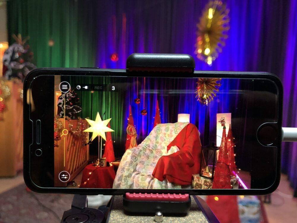 Studiomiljö i julskrud i iPhonebild.
